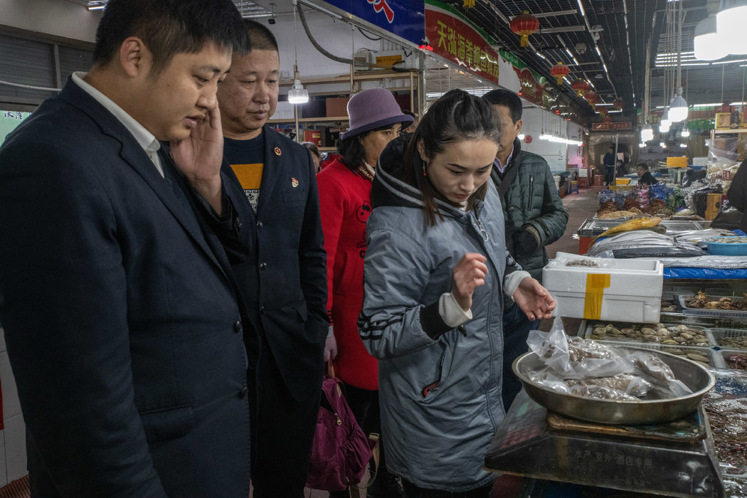 去年,顾客在中国大连的一个市场购买冷冻海参。