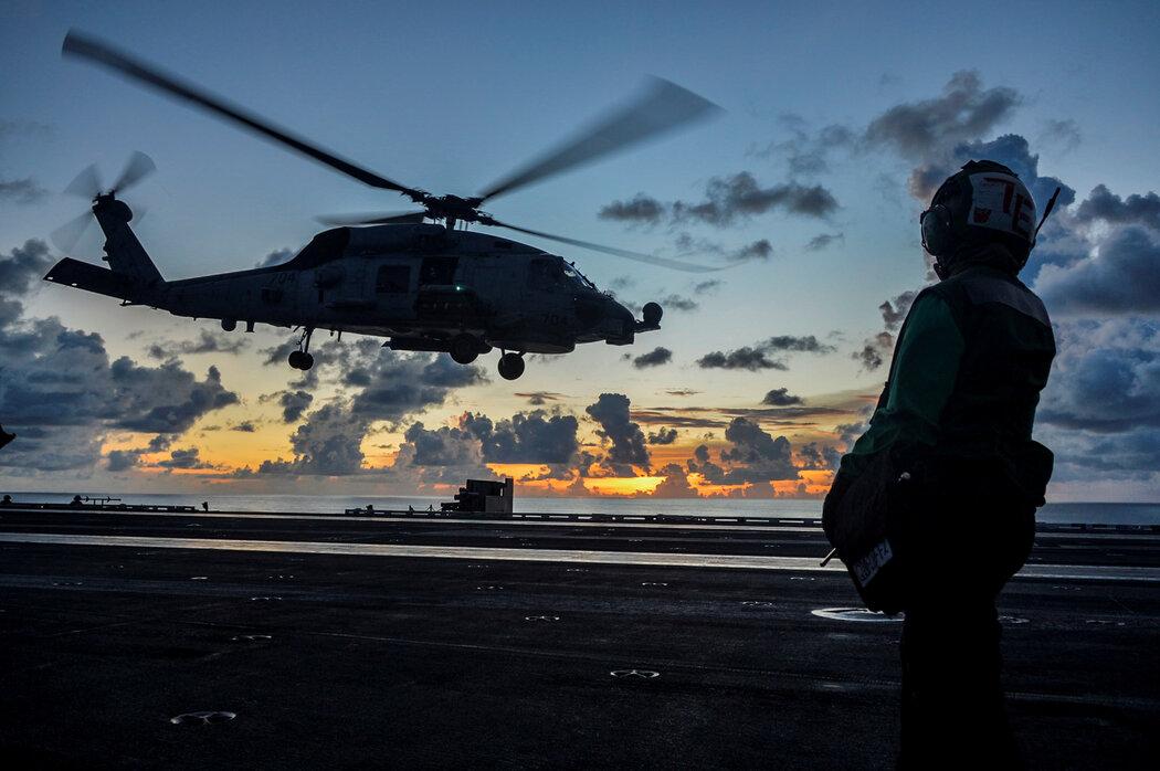 危机四伏的中国南海。图为去年7月,一架美国直升机在军事行动中降落在罗纳德·里根号航空母舰上。