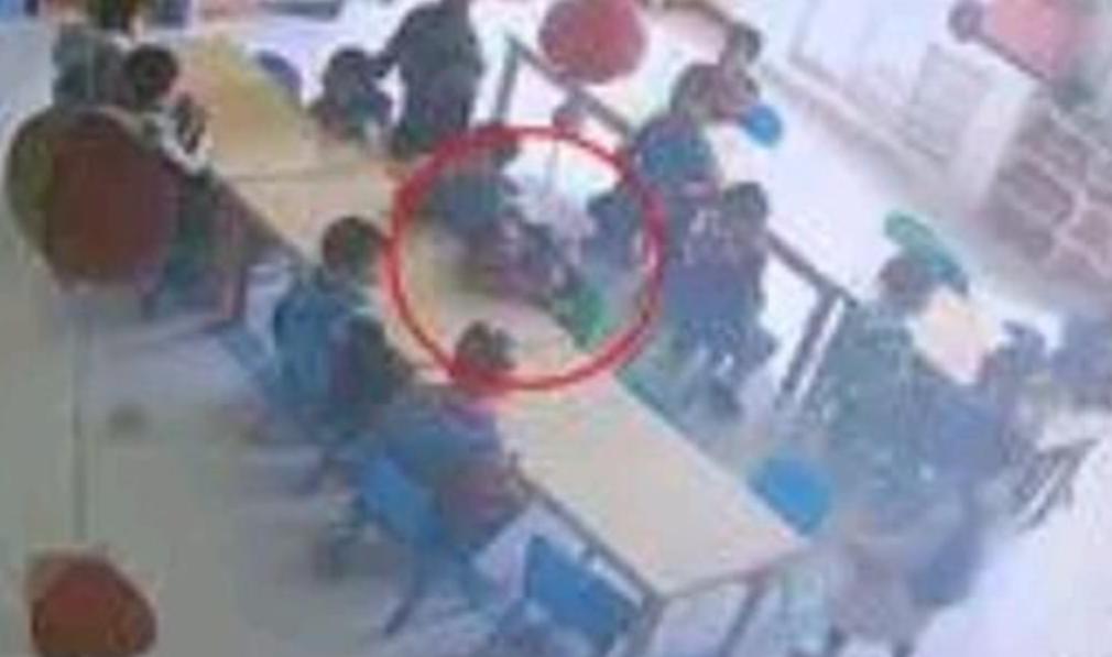 山东幼童在幼儿园呕吐趴半小时后身亡 监控拍下全程让人气炸了【热议】