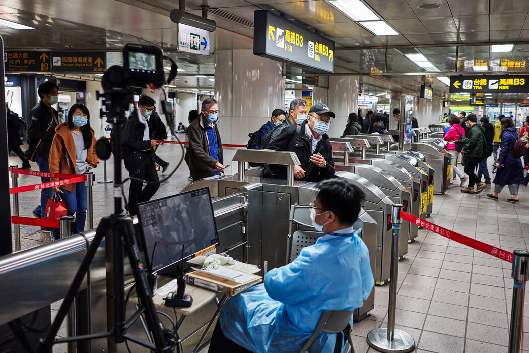 台北地铁里的体温检测站。