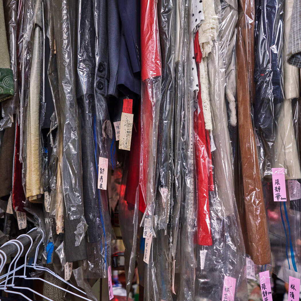 被遗忘的衣服有数百件。