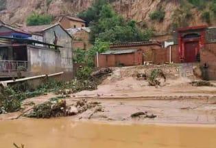 巩义农村:暴雨中的小镇