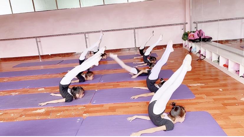 舞蹈学生日常练习,基本功和技巧相结合,各个身怀绝技