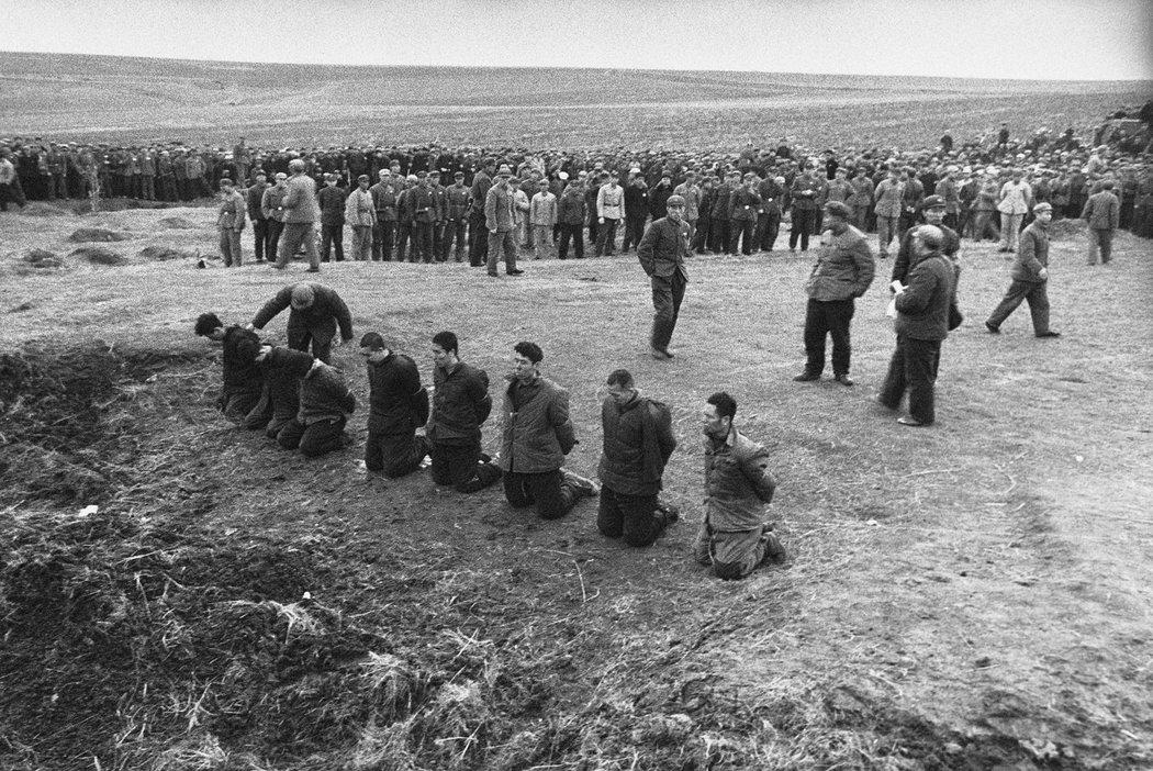 1968年4月5日,八名罪犯和反革命分子被迫跪在哈尔滨郊外。在他们被处决前的那一刻,一名警卫试图将两名被判刑的情人分开(最左)。