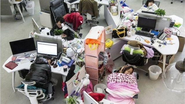 """图像加注文字, 中国的""""996""""现象,许多人干脆住在办公室"""