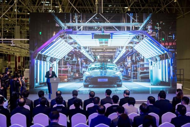 2020年1月,伊隆·马斯克在特斯拉上海工厂生产的首批特斯拉Model 3的交付仪式上。