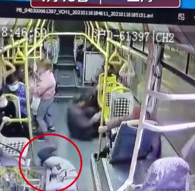 上海公交急刹车女乘客被甩2米远不治身亡 监控拍下恐怖全程