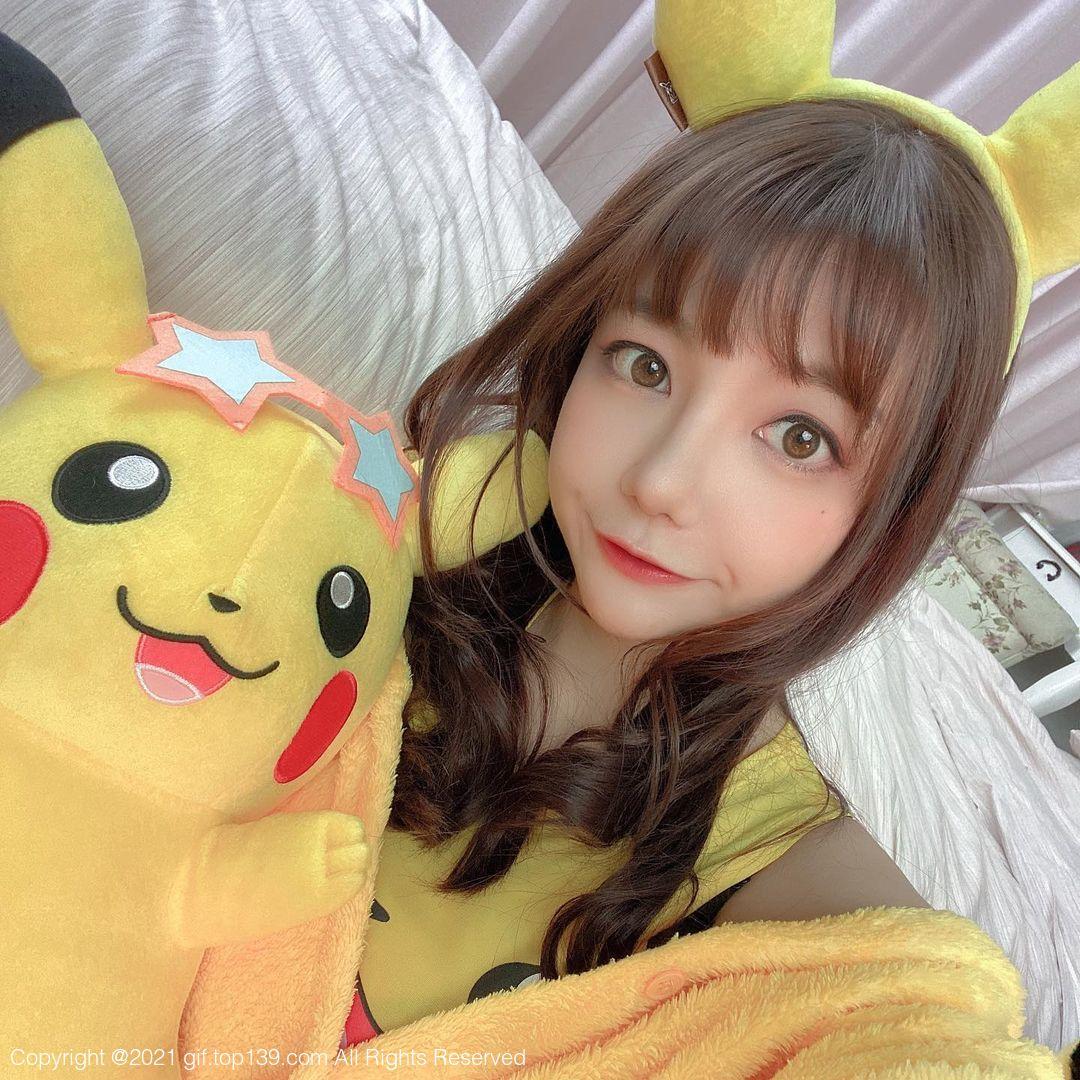 大眼美女OL「优熙 Yukina」休假逛猫咪餐酒馆,超养眼画面谁受得了!