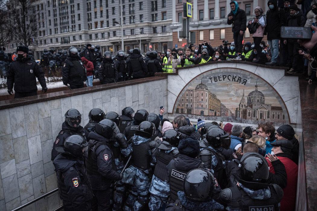 上个月,在莫斯科举行的支持纳瓦尔尼的集会上,防暴警察拦住人群。