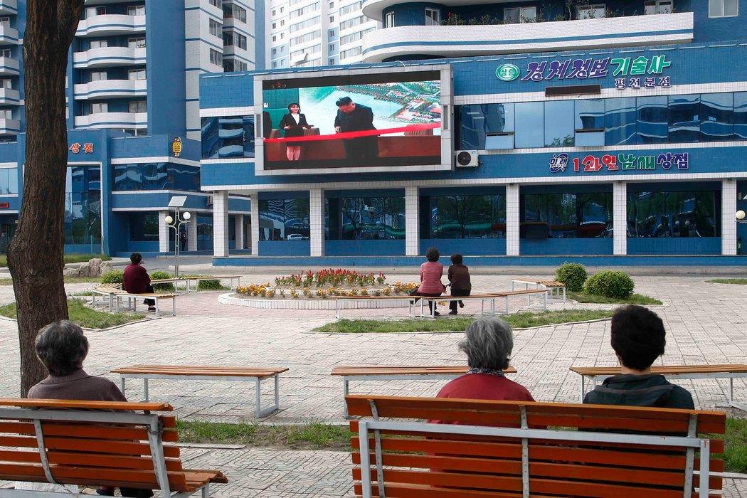 朝鲜领导人金正恩上月出现在首都平壤的屏幕上。
