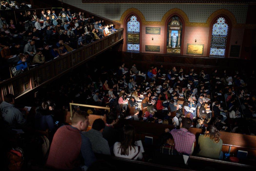 """2018年,近1200名耶鲁学生选修了""""心理157:心理学和美好生活""""。这堂课的授课地址从巴特尔教堂转移到了伍尔希大厅,这是该大学的音乐会场地,当时只能容纳800人。"""