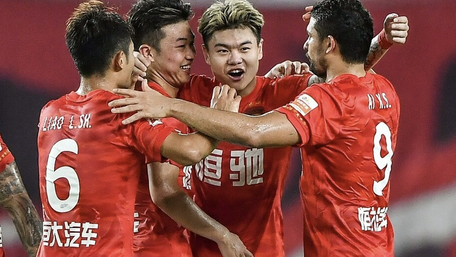 争议!昨晚广州恒大新队长又犯错,12强赛这么玩可不行!