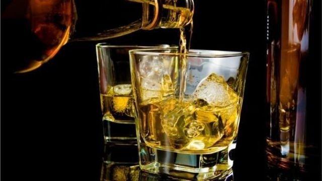 图像加注文字,睡前最好避免酒精饮料。