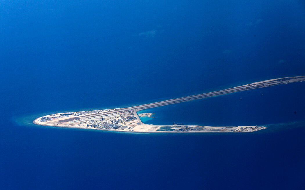 中国2017年在南中国海一个有争议的岛屿上修建了包括机场跑道在内的建筑。