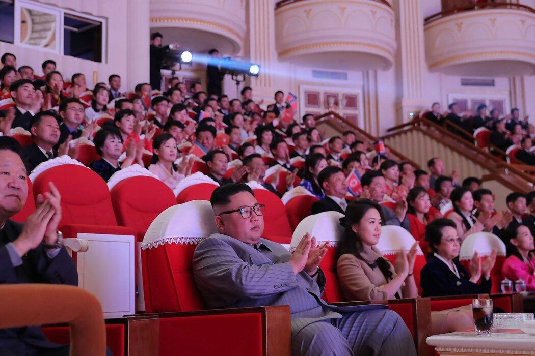 在专门向海外传播朝鲜政权信息的朝鲜中央通讯社发布的一张照片中,金正恩和妻子今年1月在朝鲜首都平壤参加阴历新年庆祝活动。