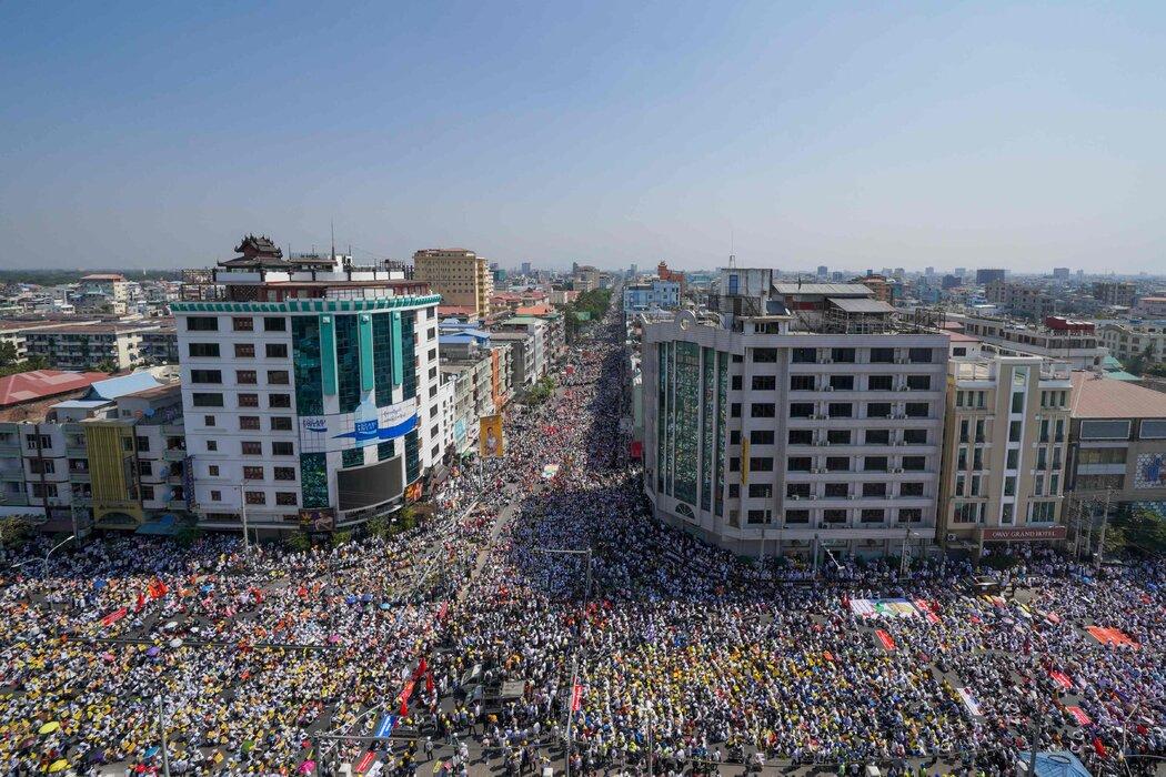 周一,抗议者在缅甸第二大城市曼德勒举行抗议活动。