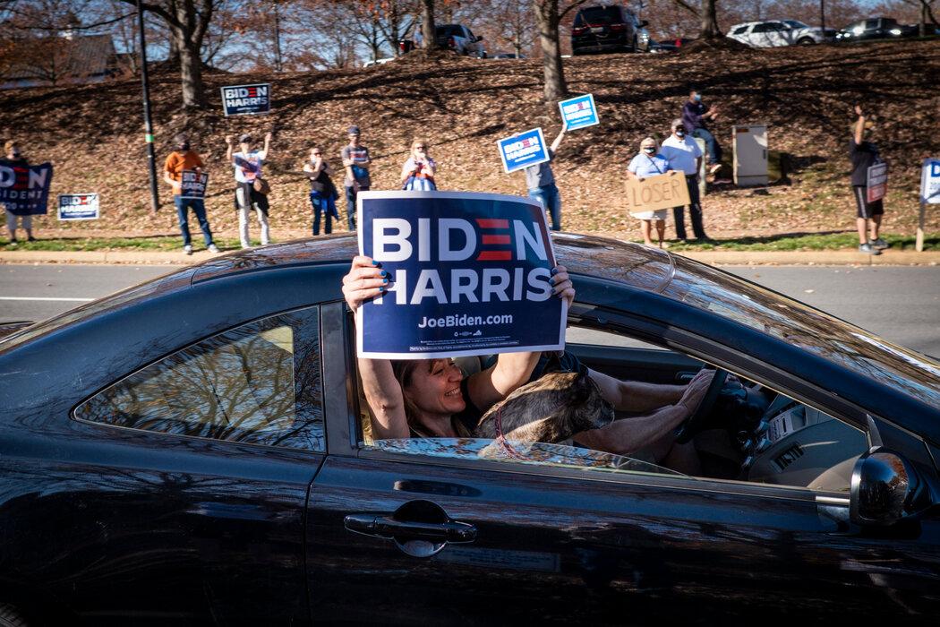 周六,在特朗普全国高尔夫俱乐部外的候任总统拜登的支持者。