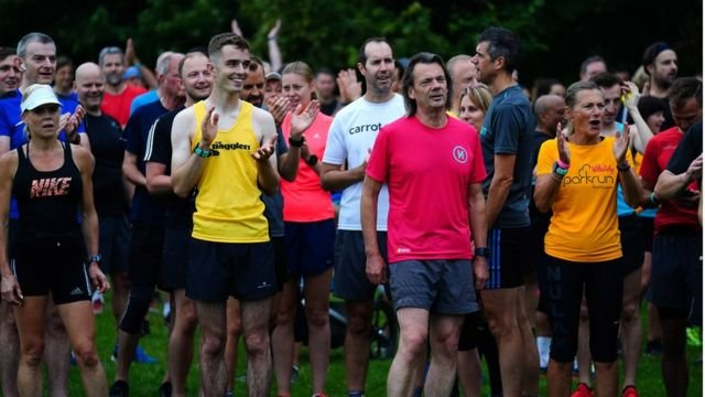 图像加注文字,英国解封后,群众可以一起不用戴口罩参加运动比赛。