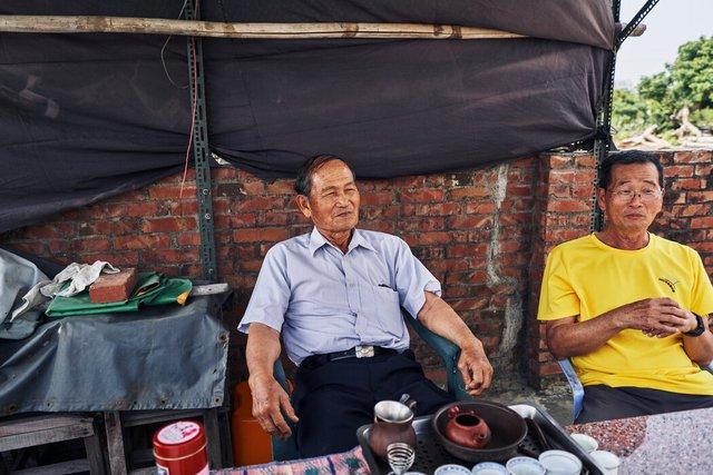 黄水和(左)与杨桂川如今在下午喝起了茶,而不再种田。