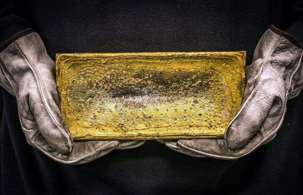 澳大利亚悉尼ABC精炼厂的一名工人拿着一块金砖。今年8月,黄金价格首次达到每盎司2000美元。