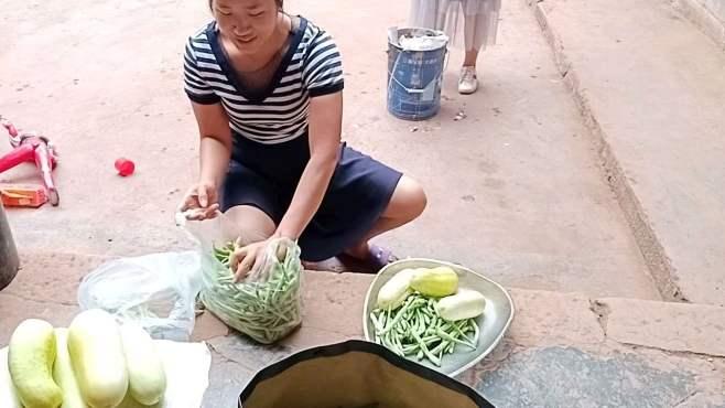 夏季到了,家里蔬菜太多,摘回来打包送亲朋好友
