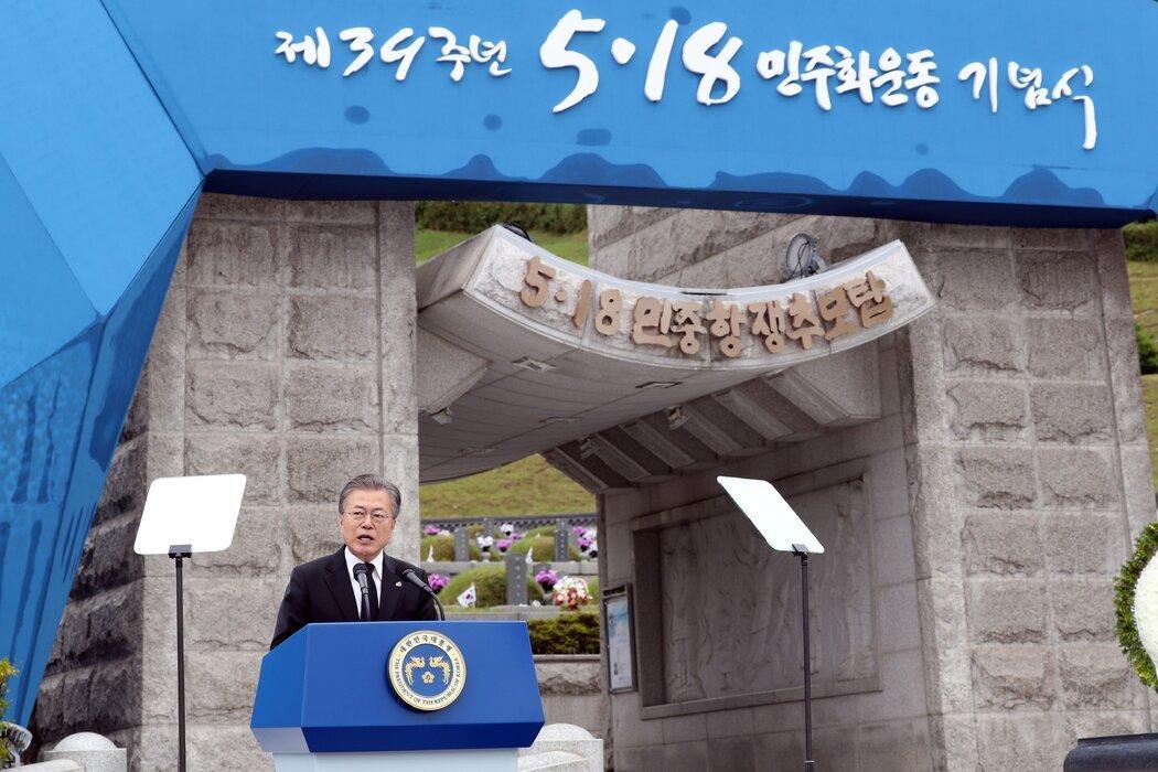 """2019年,文在寅总统在光州国家公墓现身。他表示,试图""""歪曲""""抗议者的行为是""""不可接受的""""。"""
