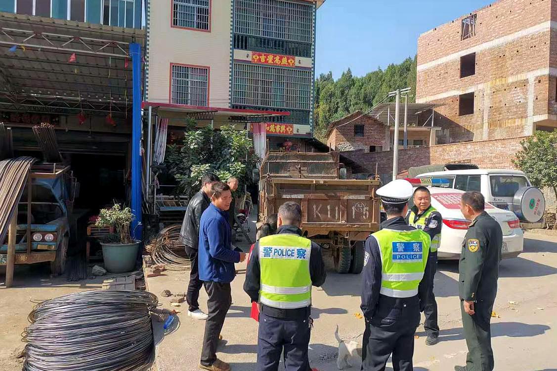 新宁交通顽瘴痼疾整治办组织开展变型拖拉机联合整治行动