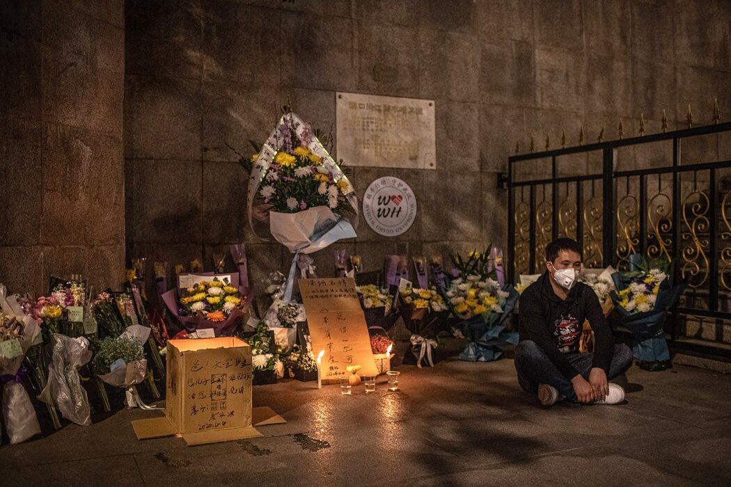 4月,武汉一个悼念新冠逝者的仪式。