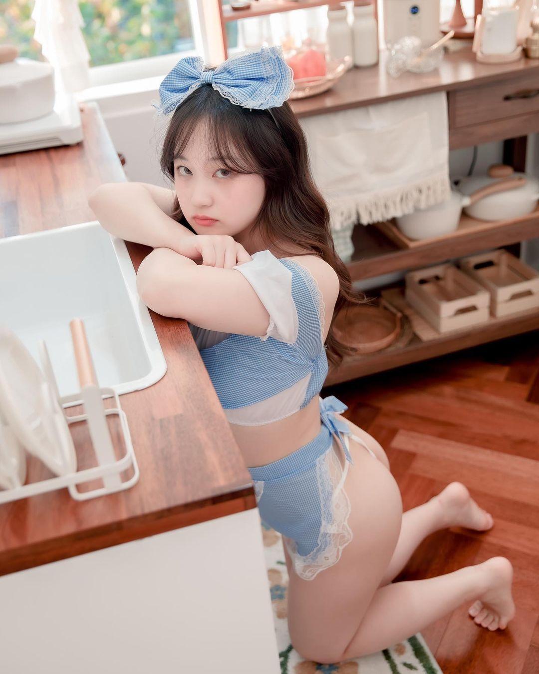 韩国妹子@시 아 (SIA)雪乳兔兔腿夹红萝卜,画面很美很性感