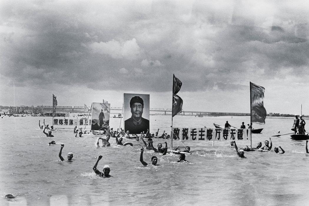 游泳者浮在松花江上歌颂毛泽东。毛泽东在李振盛的许多照片中出现——并非本人,而是画像、半身像和徽章。