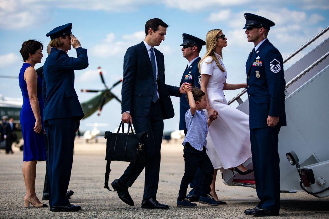"""贾里德·库什纳和伊万卡·特朗普登上""""空军一号""""。"""