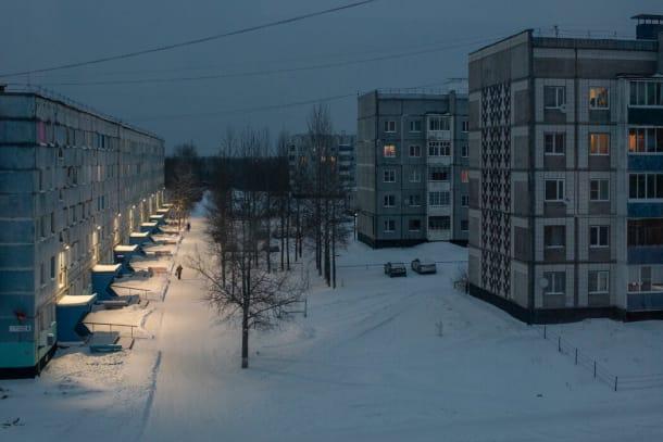 现年70岁的叶夫根尼娅·B·沙舍娃在俄罗斯北部的下奥德斯的公寓窗外的街景。