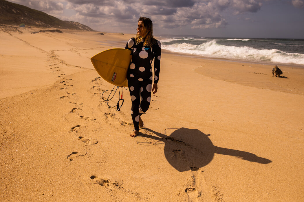职业冲浪者玛雅·加贝拉在葡萄牙纳扎尔海岸附近征服了高达22.4米的巨浪。