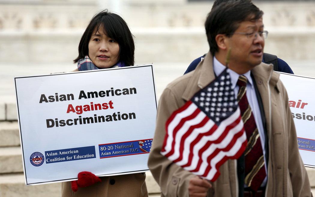 2015年,最高法院外一场集会上的亚裔美国人示威者,当时一桩关于大学录取的案子正在审理中。