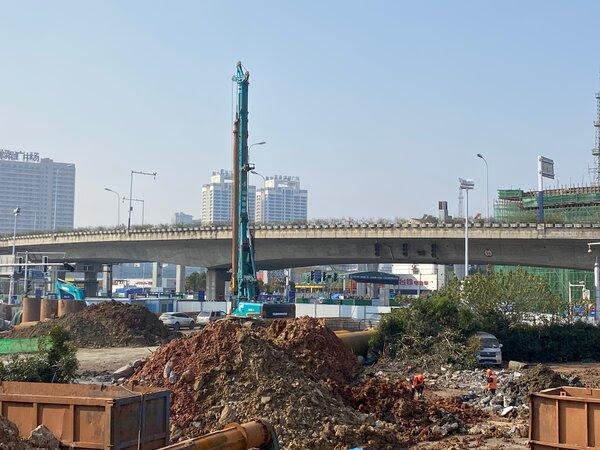 在中国中部合肥市,像图中这样的大型建筑项目代表了中国经济最强劲的产业之一,为劳动者创造了许多就业机会,并使中国成为建筑设备的领先制造商。