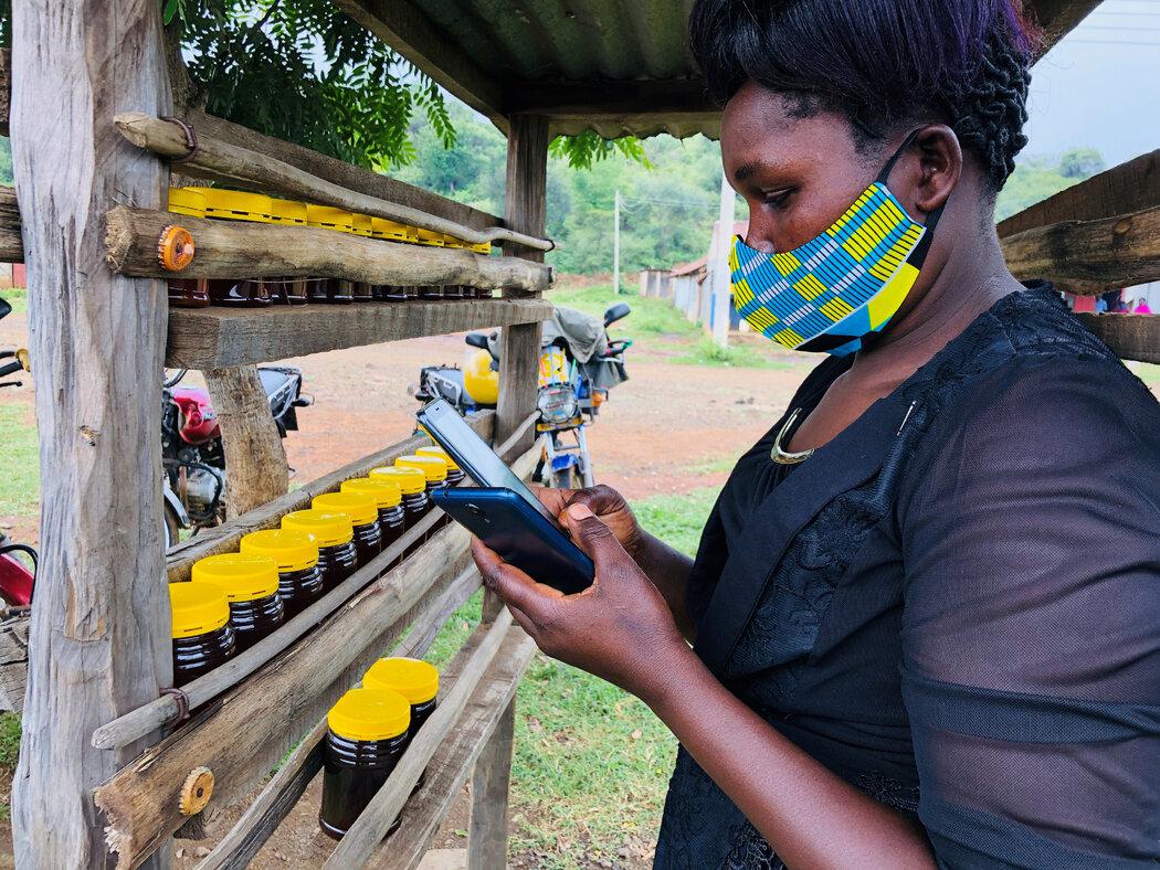 肯尼亚Ladad的一名卖蜂蜜者。今年7月,Alphabet公司开始用高空气球向村民提供商业高速互联网服务。