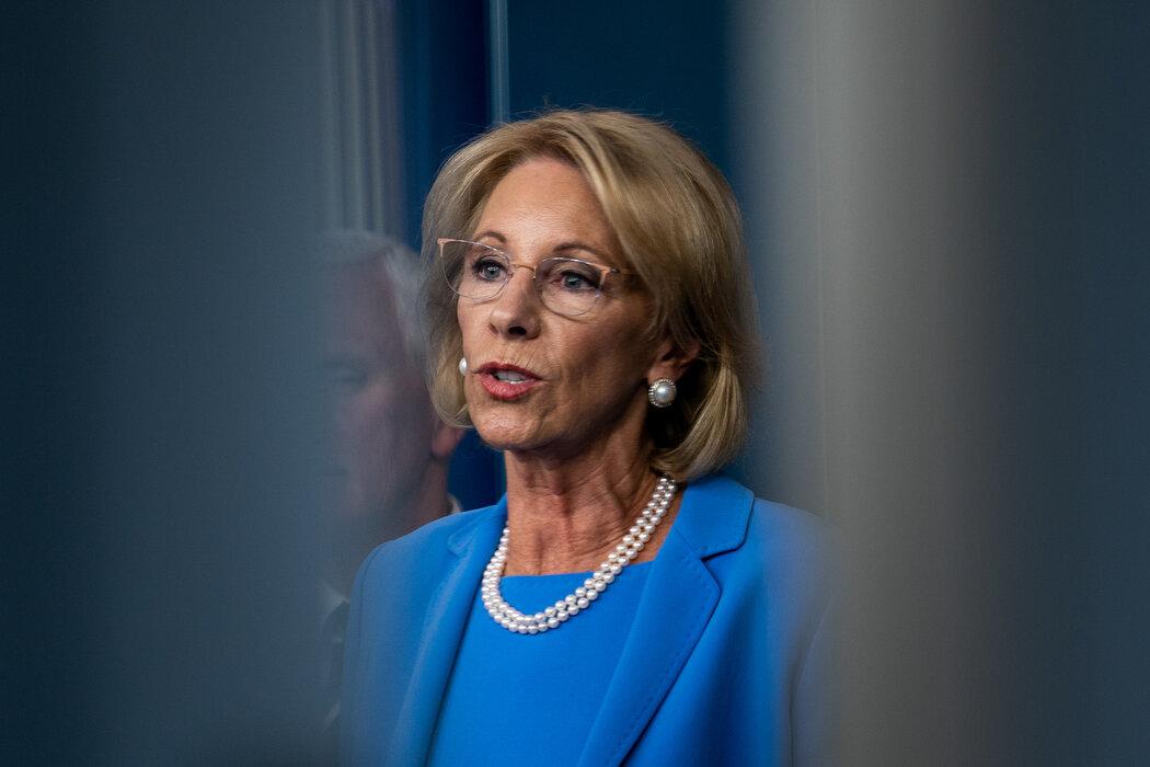 教育部长贝茜·德沃斯没有对拨给利伯缇大学的1500万美元联邦救济金提出批评,该校前领导人为特朗普关键盟友。