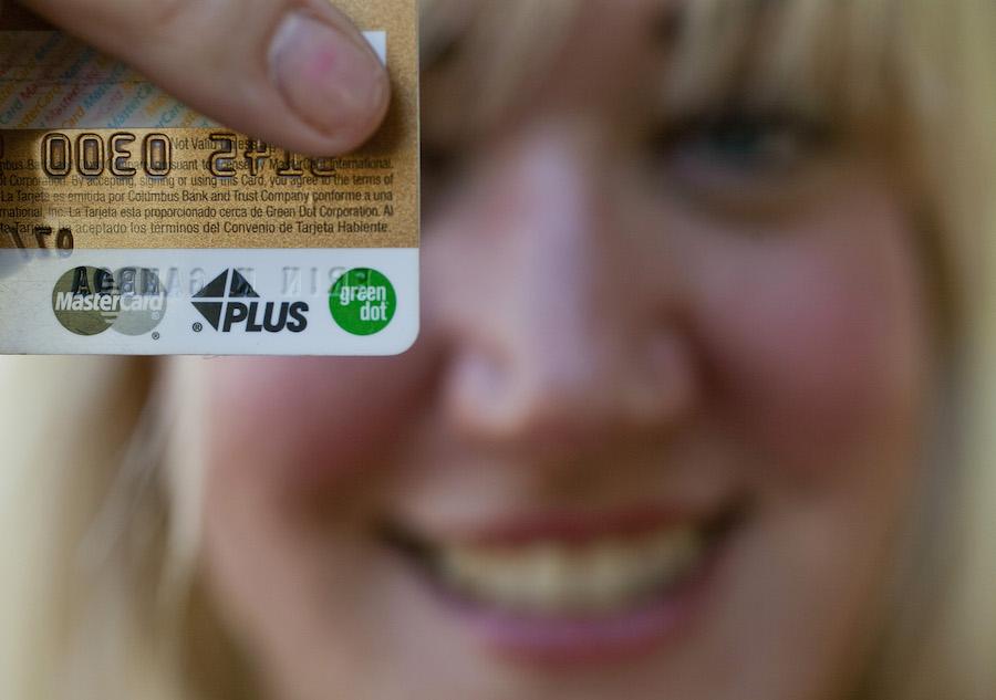 加州居民艾琳·甘博亚手持新的预付记账卡(照片:美联社)