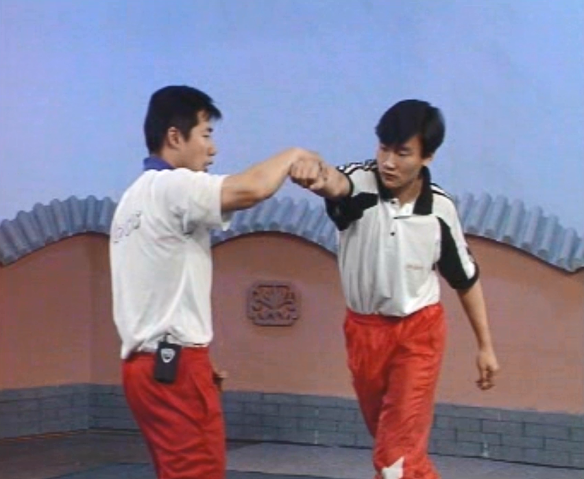 中国跤防身(推臂勾腿摔),防敌直拳击面,轻松化解敌进攻并摔之