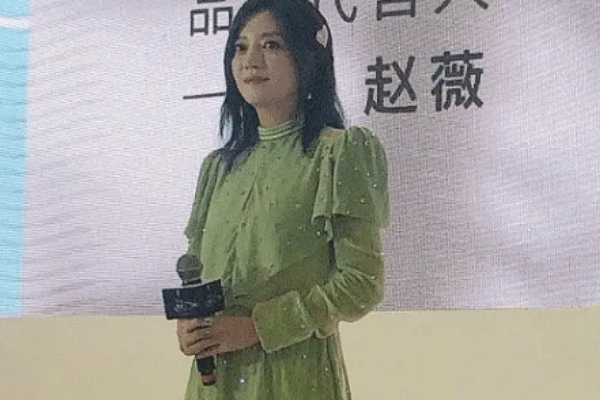 赵薇近照曝光发福明显,穿绿色碎花裙尽显老态,被嘲生图没法看
