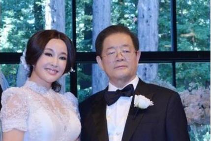比起8段感情4任丈夫的刘晓庆,为爱退圈20年的钟楚红,才是真狠