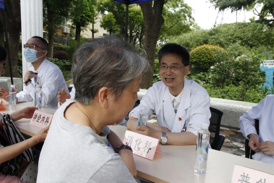 同济大学附属同济医院开展「擦亮党徽 奉献社会」志愿者奉献日活动