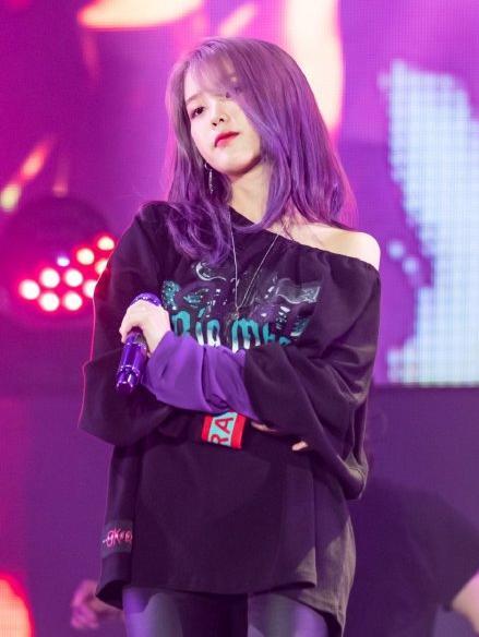 IU为什么喜欢紫色?IU对紫色真是非常痴迷!衣服、发色、话筒都是紫色