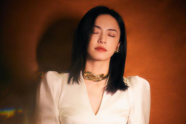 姚晨气质越来越好,白色上衣配大项链,不要总盯着她嘴看了