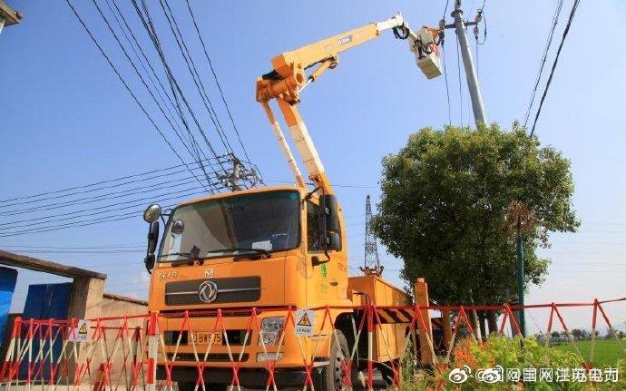 溧阳市供电公司开展带电线路搭接施工