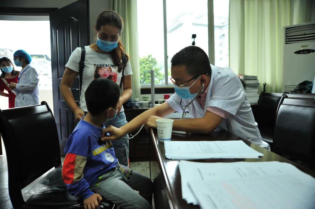 萧山中医院两大慈善项目走进湖北利川,开展脊柱畸形患者义诊筛查活动