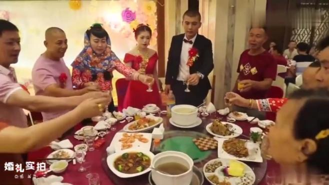婚礼实拍:一对新人酒席宴会上为亲朋好友敬酒