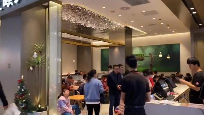 """东北小哥来到深圳光明新区,逛了商场不禁感叹道""""到底是一线城市,郊区都这么热闹""""!"""