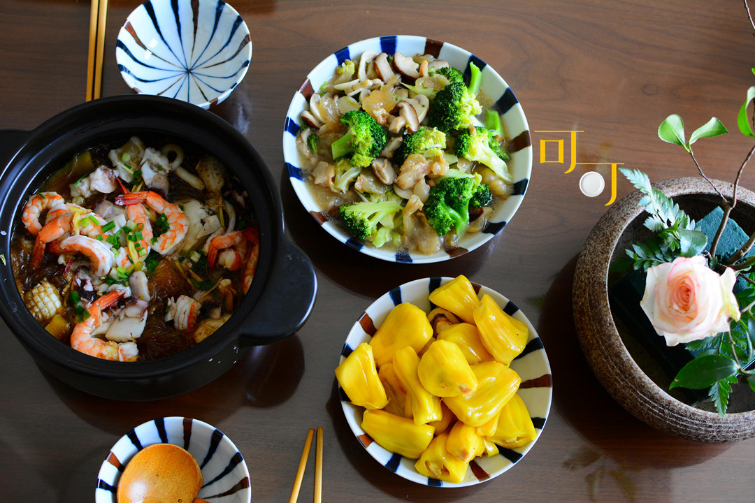 冬天最受欢迎就是热乎菜,煮一大锅海鲜粉丝煲,一家人吃得很开心