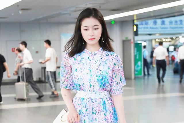 夏天裙子的款式很多种,搭配运动鞋穿会舒适加倍,展现活力少女美